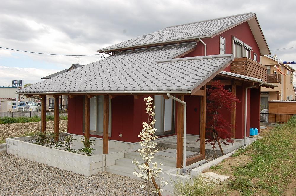 片流れ屋根が大空へ伸びる家