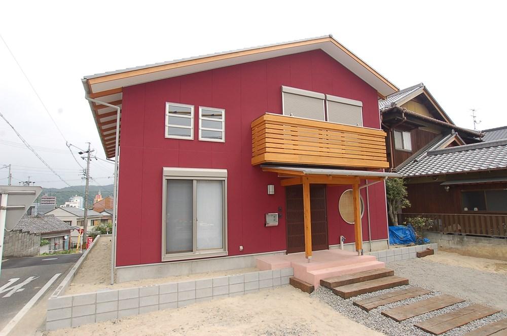 色あざやかなデザインがさえる家