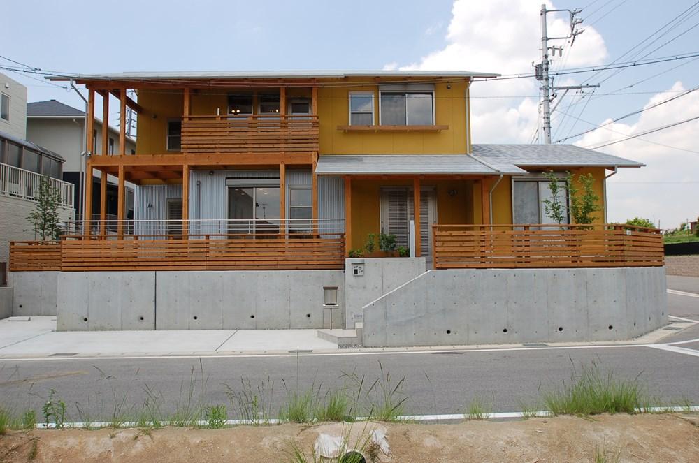 井桁の構造美をウッドデッキで楽しむ家