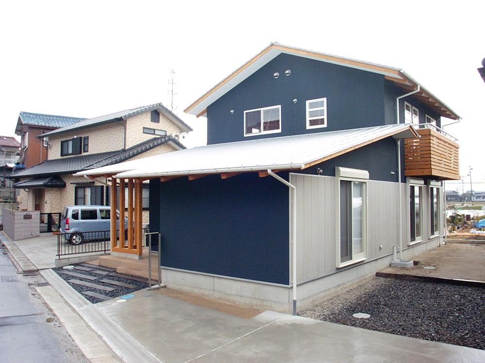 鉄紺色と白が調和する家